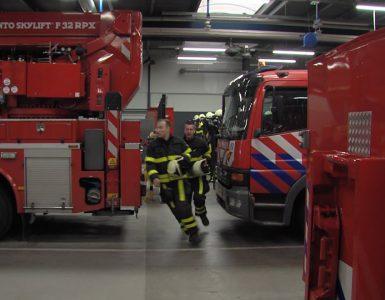 Een Range Rover helemaal uitgebrand in de Hoefakkerstraat in Oud-Noord.