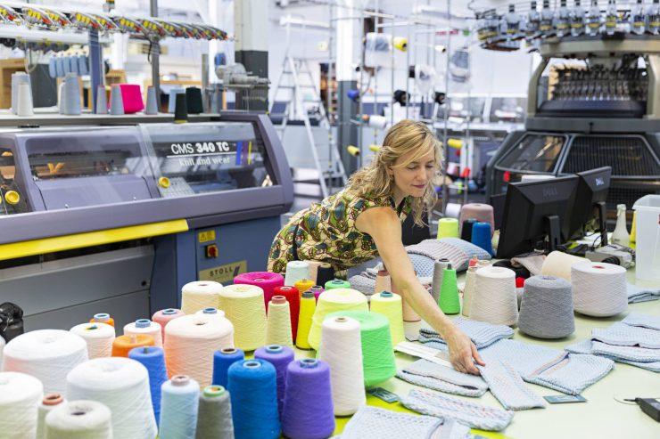 TextielMuseum laat visie zien op toekomst - foto van Carole Baijings die aan het werk is in het TextielLab