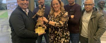 Maluku Tilburg heeft het Gouwe Peerke 2019 gewonnen - Patrick Haurissa (voorzitter Maluku Tilburg) ontvangt het Gouwe Peerke 2019 uit handen van Aziza Aboulkacem (voorzitter Gouwe Peerke)