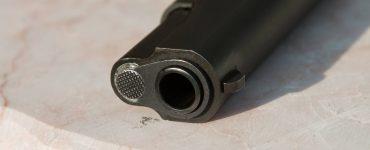 De politie kreeg dinsdag een melding dat een man door omstanders in bedwang werd gehouden die een van hen had bedreigd met een vuurwapen. Het wapen lag inmiddels op de grond.