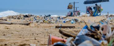 Rogier De Nijs presenteert event om album op te nemen met plasticafval - foto van bergen afval op het strand