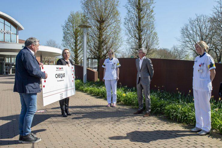 De cheque is niet alleen een cadeautje voor de thuiszorgmedewerkers, maar ook voor Tilburgse horeca. Het bedrag is namelijk gegeven in de vorm van cadeaubonnen. Deze kunnen worden ingewisseld bij lokale horecazaken.