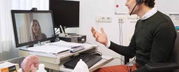 ETZ videoconsulten - foto van psychiater die belt via videoverbinding