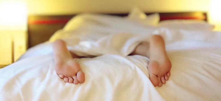 Twee mannen aangehouden - foto van man in bed