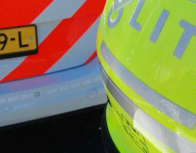 Volgens een getuige zou de inzittende van de auto die een botsing tegen een geparkeerde auto had veroorzaakt erna weg zijn gelopen. De getuige wist een duidelijke omschrijving van de man te geven, waarna agenten een man die voldeed aan het signalement aan hebben gehouden.