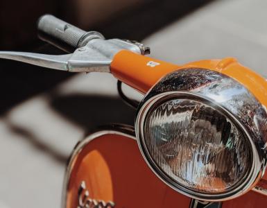 Maandag zien twee agenten rond 15.00 uur een scooter rijden met hoge snelheid. Zij rijden dan met hun voertuig een stukje fietspad op om de man aan te spreken. Maar de scooterrijder stuurt zijn scooter opzij, negeert rood licht en rijdt weg.