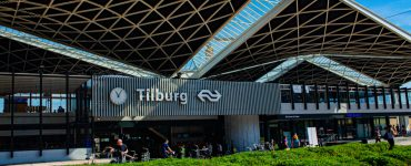 Een reiziger was het niet eens met de coronamaatregelen die zijn getroffen op het centraal station van Tilburg. Nadat hij linten zag op de banken die waren bedoeld om te voorkomen dat mensen daarop zouden gaan zitten, werd de man boos en ging hij die meteen verwijderen.