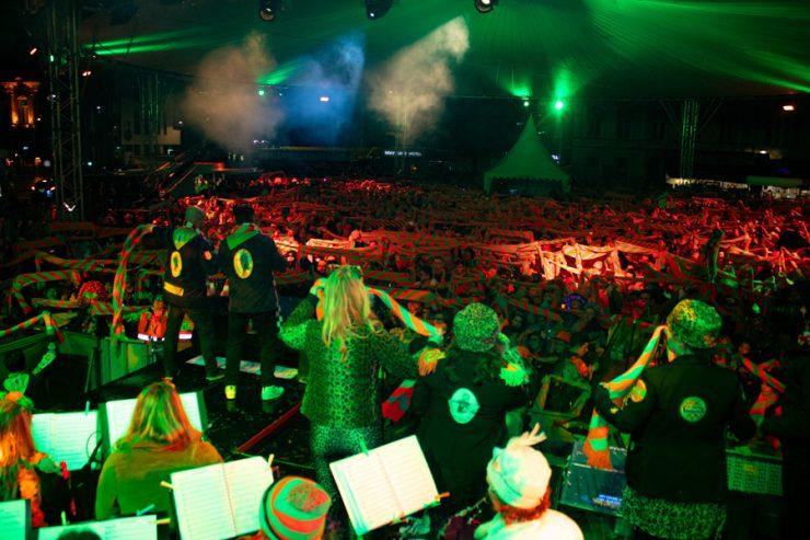 Carnavalsvereniging Veul Gère heeft samen met Omroep Brabant 25 carnavalsartiesten bij elkaar verzameld die meezingen in een carnavalstroostlied. Hier werken onder meer Lamme Frans, de Deurzakkers, Vieze Jack, Niek & Danny, Sjpringlaevend en Ferry van de Zaande aan mee.