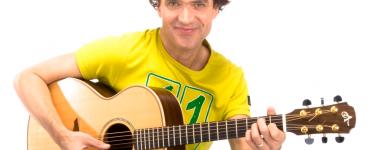 'Z'n leukste liedjes' is een vrolijke voorstelling van Dirk Scheele vol met meezingers voor het grote en kleine kinderpubliek.