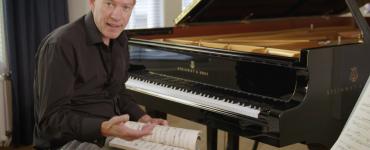 OJan-Willem Rozenboom is te zien en te horen als hij zijn theatercolleges Elke dag een beetje Bach geeft bij Theaters Tilburg.
