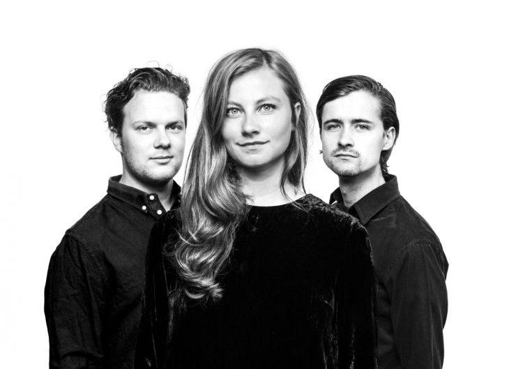 """Het Tilburgse podium kijkt uit naar het concert van Mudita: """"In de groep worden de muzikale achtergronden van drie verweven in één geluid. Sjoerd van Eijck achter de toetsen, Koen Smits op trompet en zangeres Sanne Rambags zoeken ook de muzikale grenzen."""""""