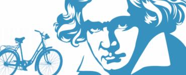 Op locaties in de stad geven musici concerten als blijk van eer aan Beethoven, kleine groepen publiek gaan dan op de fiets van locatie naar locatie.
