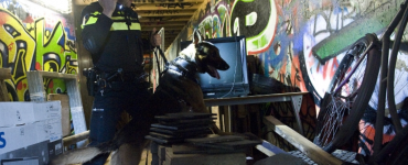 De politie ontving in de nacht van donderdag op vrijdag een melding van een inbraak bij een metaalhandel. Meerdere eenheden daarop gingen naar de genoemde locatie.