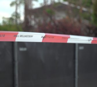 De politie heeft wapens gevonden op het erf van Jan B. Vorig jaar werden er in een sloot vlak bij het erf van B., ook al wapens gevonden.