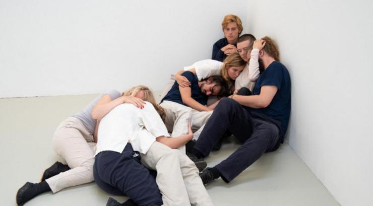 De vier jonge kunstenaars die kans maken op de Jan Naaijkensprijs nemen elk een van de ruimtes in Kunstpodium T over om daar hun werk te tonen. Tijdens de opening van de expo roept een jury een van hen als winnaar uit.