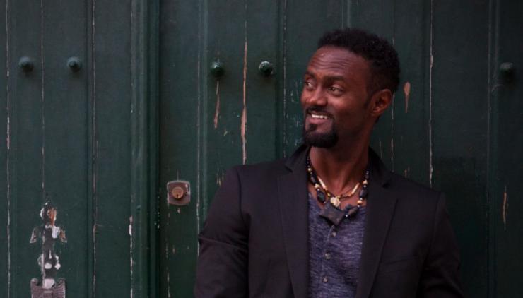 De zanger en multi-instrumentalist Miroca Paris uit Kaapverdië, een eilandengroep voor de westkust van Afrika, speelde jarenlang over heel de wereld. En op vrijdag 24 juli staat hij op het podium buiten bij Theaters Tilburg.