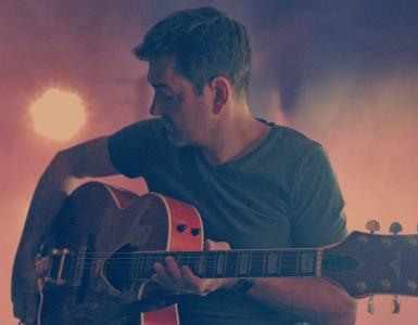 De zanger en muzikant Paul de Munnik wil graag iets van het contact dat we in deze tijden missen herstellen in een intieme setting. Daar wil hij solo met zijn liedjes live weer wat verbinding leggen.