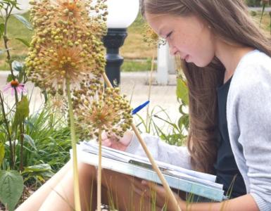 Vincents Tekenlokaal heeft al meer lessen gegeven in de buitenlucht en dat bevalt ze naar eigen zeggen goed. Buiten botanisch tekenen is een goede oplossing nu het door corona moeilijk is om binnen workshops te geven en te volgen.