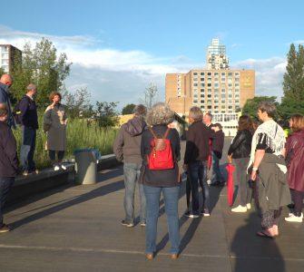 Donderdag maakte men tijdens het Milieucafé een wandeling door het Spoorpark, waar deskundigen wat vertelden over het park.