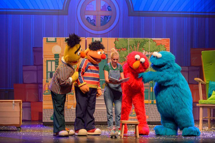 Koekiemonster, Elmo, Tommie en Bert & Ernie beleven de vrolijkste avonturen in de musical Sesamstraat Live.