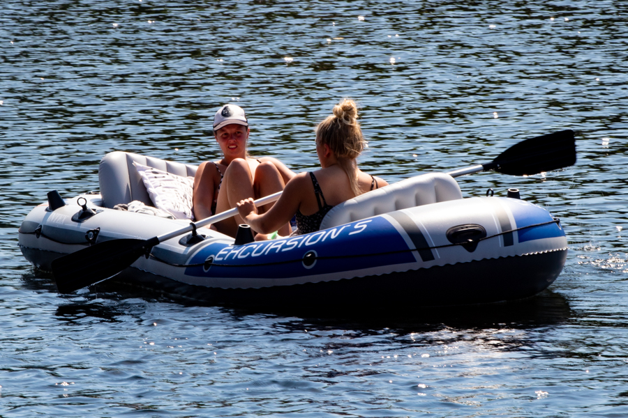Ook bij temperaturen als die van de afgelopen dagen is het zo te zien goed toeven bij het water. En wie wil er nog afkoelen aan, in, of op de Piushaven?
