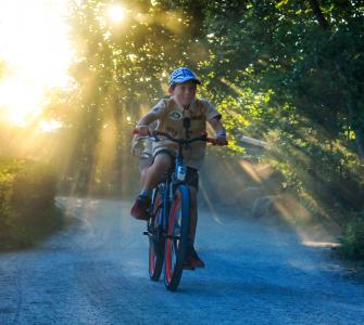 De scholier Gio Cruz uit Amstelveen fietste zaterdag na sluitingstijd onder toeziend oog van onder andere de giraffen, leeuwen en de jachtluipaarden in een uur tijd zo veel mogelijk rondjes langs het parcours over de wandelpaden van Safaripark Beekse Bergen. De teller stond die avond voor hem op 1135 euro.
