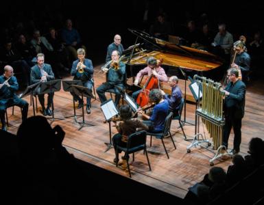 Het Ives Ensemble speelt historische muziek van onze tijd. Muziek dus die we in de toekomst wellicht zullen waarderen als ons cultureel erfgoed. Met de eigenzinnige Amerikaanse componist Charles Ives als naamgever zoekt het ensemble dan ook steeds naar verrassende muziek.