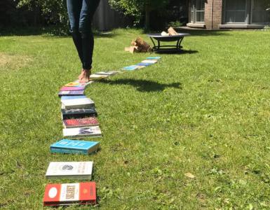 Tilt Festival en theater De Nieuwe Vorst nodigen dit jaar elf Brabantse schrijvers uit om bij Kort & Laat voor te komen lezen. Niet uit eigen werk, maar in de vorm van een estafette met elkaars korte verhalen. Zo leest Teddy Tops er op 5 augustus een verhaal.