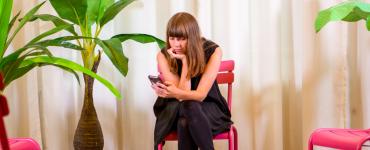 """Over haar eigen ervaring als ex-gebruiker van social media vertelt Robin Berkelmans: """"Zodra je besluit de stap te zetten om je account of app te verwijderen voel je je alleen. Alsof het jóuw schuld is dat jíj geen maat kan houden."""" Vandaar de Altijd Aan Club."""
