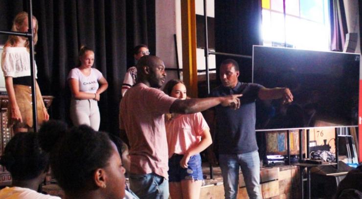 Tijdens Let's Talk! deelden tientallen jongeren in het kader van de Summer Academy verhalen en ervaringen over Black Lives Matter (BLM) in een open setting. Belangrijkste doel van de jongeren is om elkaar beter te begrijpen en samen sterker te worden.