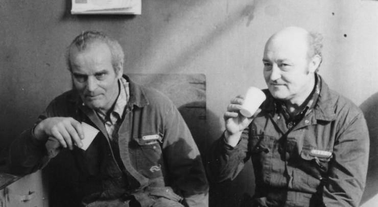 De Verhalentafel brengt unieke verhalen en beelden van oud-medewerkers van de NS Hoofdwerkplaats. Bob Driessen en Sophie Tooten vonden het belangrijk om juist de verhalen recht vanuit de werkplaats vast te leggen voor de toekomst.