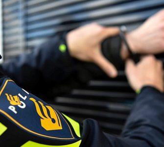 Twee bikers belast met horecatoezicht zagen zondag een hen bekende man die verslaafd is aan harddrugs al bellend lopen. Ze zagen toen dat hij kort contact had met een andere man. Ze besloten hem dus te controleren. Hij had net een van de twee mannen gebeld die zouden worden aangehouden voor het dealen van drugs.
