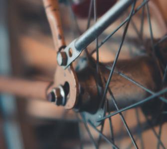 Ad Nouwens van get Schrijversatelier zet zijn gedachten uiteen in De fiets