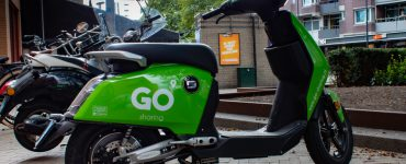 In de nacht van vrijdag op zaterdag is op het Piusplein een jongen van 15 als eerste van vijf bestuurders bekeurd voor het rijden zonder rijbewijs op GO-Sharing scooters. Hij had toen het rijbewijs van zijn vader gebruikt om een account aan te maken.