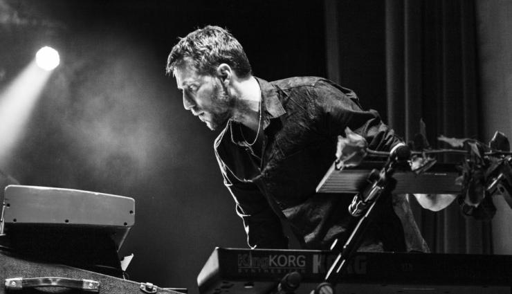 Pianist Bill Laurance valt op door zijn veelzijdigheid. Hij werkte tot nog toe samen met musici als Chris Potter, Laura Mvula en Lalah Hathaway, maar hij componeerde ook muziek voor film en dans.