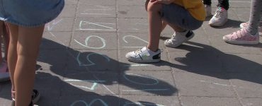 Landelijk besteden scholen aandacht aan de Nationale Buitenlesdag, zo ook de scholen in Tilburg. Zij hebben op een creatieve manier de schoolvakken een fris tintje gegeven door de lessen anders vorm te geven buiten de klaslokalen.