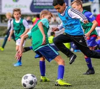 Deelnemers van de Jonger Oranje Talentendag spelen een groot 4 tegen 4-toernooi waarbij scouts van PSV ze bekijken en beoordelen. Alle deelnemers krijgen dus de kans om hun voetbaldroom waar te maken.