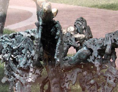 """""""Het maken van het Holocaustmonument is een maandenlang project geweest"""", vertelt Tine van de Weyer. """"Als symbool voor de stad kwam ik toch al snel bij het textiel uit."""" Uiteindelijk kwam de kunstenares uit op een boom met zeven takken en met daarin lappen stof gehangen."""