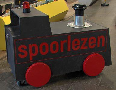 Een oud locomotiefje is per ongeluk achtergebleven in de LocHal. En daar is nu ook een nieuw NS bord en een oude stationsklok bijgekomen om er een nieuw kinderperron van te maken: Perron Geluk.