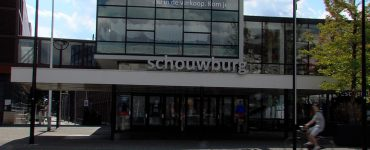 Theaters Tilburg heeft al een tijd last van de crisis en een reorganisatie is daarom onvermijdelijk. Door de crisis en daarbij financiële onzekerheid is het theater genoodzaakt om in te grijpen en om restaurant Lucebert te sluiten.