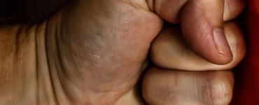 Een agressieve man sloeg 29 april op de Westermarkt een voorbijganger in zijn gezicht. Daarna pakte hij de fiets van een kind af en vluchtte.