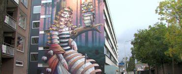 Tegen de zijkant van een gebouw in de Tjeuke Timmermansstraat in Tilburg is een nieuwe muurschildering te vinden. Het enorme 'plaatje' is geschilderd door straatartiest Stefan Thelen.