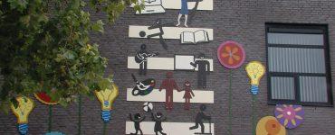 De oud-directeur van De Bloemaert en de cultuurcoördinator wilden graag zichtbaar maken waar die school voor staat. Toen hebben ze stichting BIK Collectief gevraagd om een wandkunstwerk te ontwerpen en te maken.