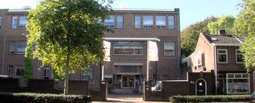 Op een groot deel van de middelbare scholen in Tilburg dragen scholieren vanaf nu mondkapjes. Na een landelijk dringend advies mogen middelbare scholen zelf bepalen of ze mondkapjes gaan gebruiken.