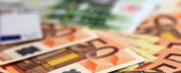 Nadat de drugshandelaar is aangehouden fouilleren agenten hem op het bureau. Daar blijkt de Tilburger meer dan 300 euro contant geld bij zich te dragen. In zijn woning vinden politiemensen nog eens meer dan 100.000 euro contant geld.