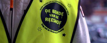 De betekenis van De Bende van De Reeshof is tweeledig. Enerzijds gaat het om de rotzooi in de wijk, anderzijds om de groep wijkbewoners die er een zooitje van maakt.
