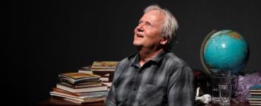 Op bevlogen wijze vertelt Dick van den Toorn in de huid van Boudewijn Büch over zijn schooltijd, zijn schrijverschap, zijn verzameldrift, zijn reizen en zijn liefde voor kunst. En literatuur en popmuziek kunnen dan natuurlijk ook niet ontbreken.