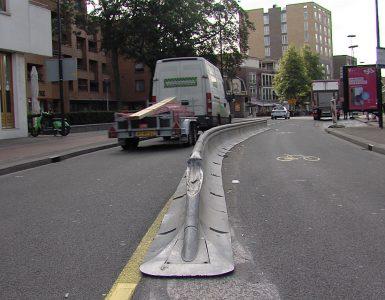 In korte tijd zijn er nu al meerdere ongelukken op de Heuvel gebeurd met automobilisten die op de vangrail botsen.