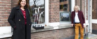 Eline Somers-Segers van Stadstuin Theresia benaderde Dorith van der Lee om mee te gaan denken over kunstzinnige activiteiten voor de wijk. Want Dorith richt vaak exposities in achter de ramen van Metropolitan Museum. Gezien de creativiteit en het talent in Theresia kwam het op touw zetten van een kunstwandeling al gauw ter sprake.