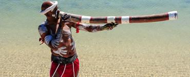 Aboriginal stamoudste Walangari vertelt in de Aboriginal Dreamtime workshops over zijn cultuur waar 'niet tijd maar ruimte het leven bepaalt'.